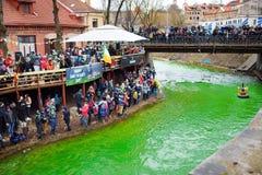 VILNIUS, LITUÂNIA - 18 DE MARÇO DE 2017: Centenas de povos que apreciam festividades e que comemoram o dia do ` s de St Patrick e Fotografia de Stock Royalty Free