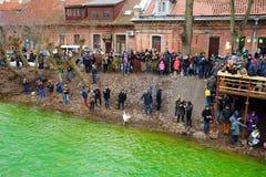 VILNIUS, LITUÂNIA - 18 DE MARÇO DE 2017: Centenas de povos que apreciam festividades e que comemoram o dia do ` s de St Patrick e Imagem de Stock