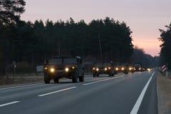 VILNIUS, LITUÂNIA - 11 DE NOVEMBRO DE 2017: Movimentações lituanas do trem do exército na estrada Imagens de Stock