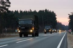 VILNIUS, LITUÂNIA - 11 DE NOVEMBRO DE 2017: Movimentações lituanas do trem do exército na estrada Imagem de Stock Royalty Free