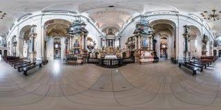 VILNIUS, LITUÂNIA - EM MAIO DE 2019: O panorama sem emenda esférico completo do hdri 360 graus dobra dentro do interior do católi foto de stock royalty free