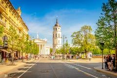 Vilnius, Lituania - 1° maggio 2018: Vista alla via della città di Vilnius - viale di Gedimino, cattedrale di Vilnius e campanile  fotografie stock