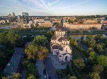 VILNIUS, LITUANIA - 12 AGOSTO 2018: Chiesa della nostra signora del segno a Vilnius, Lituania Il Parlamento lituano nel fondo immagine stock libera da diritti