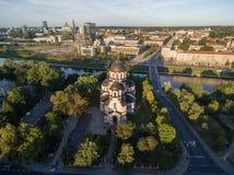 VILNIUS, LITUANIA - 12 AGOSTO 2018: Chiesa della nostra signora del segno a Vilnius, Lituania Il Parlamento lituano nel fondo immagini stock