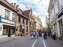 Vilnius, Lituania - 16 agosto 2013 Vecchia via della città di Vilnius, L Immagini Stock Libere da Diritti