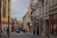 Vilnius, Lituania - 11 aprile 2019: Turisti e residenti locali sulle vie di Città Vecchia di Vilnius fotografia stock