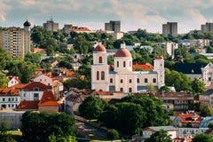 Vilnius, Lituania Bastión de la pared de la ciudad de Vilna e iglesia ortodoxa del Espíritu Santo en día de verano Ciudad vieja d Fotos de archivo