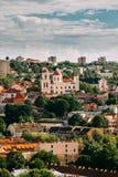 Vilnius, Lituania Bastión de la pared de la ciudad de Vilna e iglesia ortodoxa del Espíritu Santo en día de verano Ciudad vieja d Fotografía de archivo