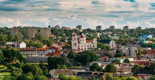 Vilnius, Lituania Bastión de la pared de la ciudad de Vilna y de la iglesia ortodoxa Imagen de archivo