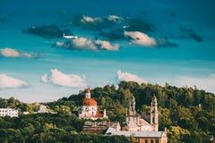 Vilnius, Lituania Chiesa piana sorvolare dell'ascensione e chiesa del cuore sacro di Jesus Among Green fotografia stock libera da diritti