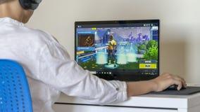 Vilnius, Lituania - 2 giugno 2019: Ragazzo che gioca Fortnite Fortnite ? video gioco online sviluppato da Epic Games fotografia stock
