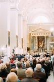 Vilnius, Lituania I parrocchiani della gente pregano nella basilica della cattedrale Fotografia Stock Libera da Diritti