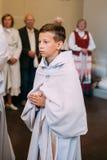 Vilnius, Lituania Muchacho que participa en la procesión en la basílica de la catedral de santos Fotos de archivo