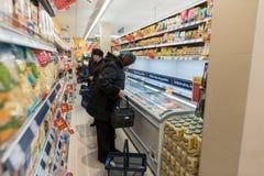VILNIUS, LITUANIA - 10 NOVEMBRE 2016: La gente in Maxima Shop Mall in Lituania Uno dei negozi più popolari in Lituania Immagini Stock Libere da Diritti
