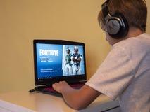 Vilnius, Lituania - 12 novembre 2018: Ragazzo che gioca Fortnite Fortnite è video gioco online sviluppato da Epic Games fotografie stock