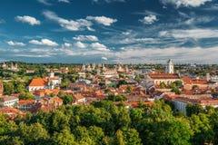 Vilnius, Lituania Paesaggio urbano concentrare storico di Città Vecchia sotto il cielo drammatico Fotografia Stock