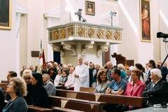 Vilnius, Lituania Parrocchiani nella basilica della cattedrale dei san Fotografia Stock