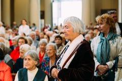 Vilnius, Lituania Parrocchiano della donna che prega nella basilica della cattedrale Immagine Stock