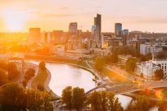 Vilnius, Lituania Salida del sol Dawn Over Cityscape In Evening de la puesta del sol foto de archivo