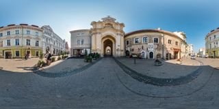 VILNIUS, LITUANIA - SETTEMBRE 2018, i 360 gradi senza cuciture completi inclinano il panorama di vista in vecchia città con bello fotografia stock libera da diritti