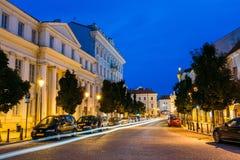 Vilnius Lituania Vista della via illuminata di Didzioji con effetto del mosso sulla strada Fotografie Stock