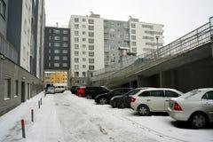 Vilnius miasta Pasilaiciai gromadzki nowy dom i samochody Zdjęcie Royalty Free