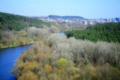 Vilnius miasta widok od Neris rzeki deski w Lazdynai okręgu fotografia royalty free