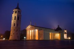 Vilnius nachts: Kathedrale-Quadrat Lizenzfreies Stockbild