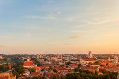 Vilnius oude stad bij zonsondergang stock foto