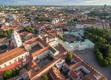 Vilnius Oude Stad met Presidentieel Paleis in Voorgrond litouwen Vilniusuniversiteit en St Johns Kerktoren royalty-vrije stock foto