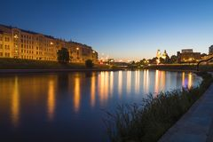 Vilnius panorama från flodperspektiv royaltyfria foton