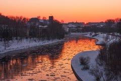 Vilnius stad på vintern i aftonen arkivfoto