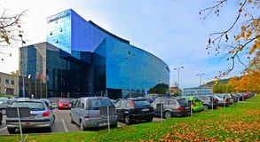 Vilnius stadsgata, bilar och Danske Bank sikt Royaltyfri Fotografi