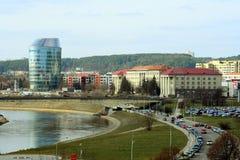 Vilnius stadspanorama med den Barclays banken och det Educology universitetet Arkivfoton