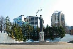 Vilnius stadsskulptur med fåglar i hand Arkivbilder