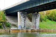 Vilnius-Stadtbrücke über Neris-Fluss von Zverynas-Bezirk zur Mitte Lizenzfreie Stockfotografie