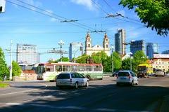 Vilnius-Stadtstraßenansicht nahe durch grüne Brücke Lizenzfreies Stockbild