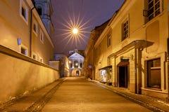 vilnius Vecchio portone della città alla notte Fotografia Stock Libera da Diritti