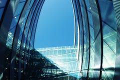 Vilnus,立陶宛- 2017年4月20日:钢和玻璃摩天大楼未来派现代建筑学细节  库存照片