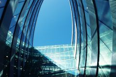 Vilnus, Lituania - 20 de abril de 2017: Detalles de la arquitectura moderna futurista del rascacielos de acero y de cristal foto de archivo