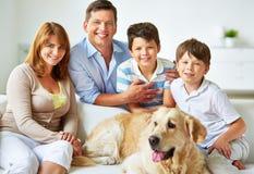 Vilsam familj royaltyfri fotografi
