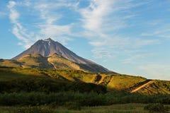 Vilyuchinsky stratovolcano在黎明 从brookvalley Spokoyny的看法在破火山口外面东北倾斜的脚  库存照片