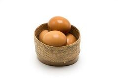 Vimine della merce nel carrello dell'uovo su fondo bianco Immagine Stock Libera da Diritti