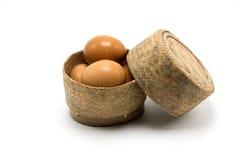 Vimine della merce nel carrello dell'uovo su fondo bianco Immagini Stock Libere da Diritti