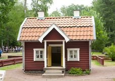 VIMMERBY SVERIGE - Juni 19 2018 - värld för Astrid Lindgren ` s, Astrid Lindgrens Varld nöjesfält Bullerby bullrig by royaltyfria foton