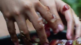 Vin à la maison de fruits de raisins traitant l'écrasement complet du fruit avec de jeunes mains nues femelles clips vidéos