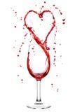 Vin éclaboussant du verre à vin dans la forme de coeur Photos libres de droits