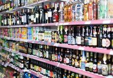 Vin, bière et boissons non alcoolisées à la section de boisson Photo stock