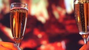 Vin blanc étant versé dans dessus de deux verres devant une cheminée lent moushen banque de vidéos