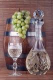 Vin blanc avec des raisins Photographie stock